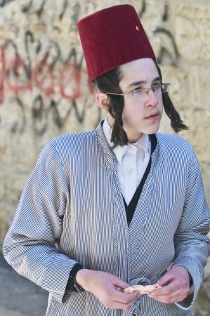 chassidim: GERUSALEMME - MARS 09: Ultra uomo giovani ortodossi durante Purim a Mea Shearim a Gerusalemme su Marte 09 2012, Purim � una festa ebraica celebra la salvezza degli ebrei da jenocide nell'antica Persia