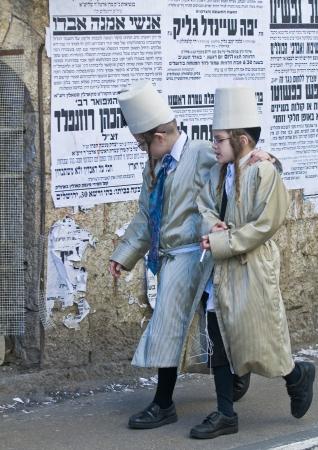 chassidim: GERUSALEMME - MARS 09: Ultra ragazzi ortodossi in costume durante Purim a Mea Shearim a Gerusalemme su Marte 09 2012, Purim � una festa ebraica celebra la salvezza degli ebrei da jenocide nell'antica Persia
