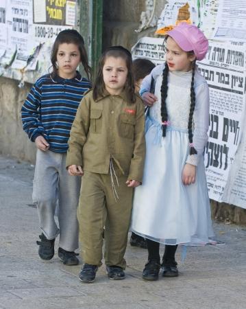 chassidim: GERUSALEMME - MARS 09: Ultra bambini ortodossi in costume durante Purim a Mea Shearim a Gerusalemme su Marte 09 2012, Purim � una festa ebraica celebra la salvezza degli ebrei da jenocide nell'antica Persia