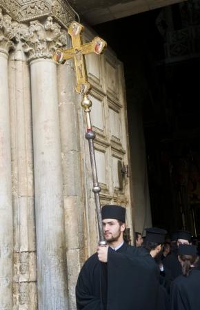 viernes santo: JERUSALEN - El 13 de abril: monje ortodoxo griego a llevar a trav�s de la Iglesia del Santo Sepulcro en Jerusal�n Israel durante el Viernes Santo 13 de abril 2012