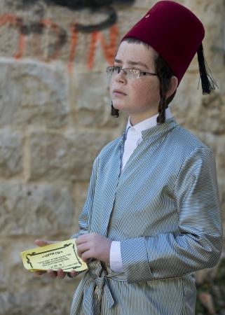 chassidim: GERUSALEMME - MARS 09: Ultra ortodossi ragazzo in costume durante il Purim a Mea Shearim a Gerusalemme su Marte 09 2012, Purim � una festa ebraica celebra la salvezza degli ebrei da jenocide nell'antica Persia