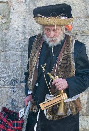 chassidim: GERUSALEMME - MARS 09: Ultra uomo ortodossa durante Purim a Mea Shearim a Gerusalemme su Marte 09 2012, Purim � una festa ebraica celebra la salvezza degli ebrei da jenocide nell'antica Persia