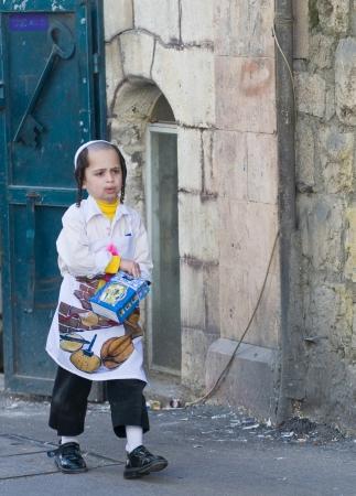 chassidim: GERUSALEMME - MARS 09: Ultra ragazzo ortodossa in costume durante il Purim in Gerusalemme, Mea Shearim su Marte 09 2012, Purim ? una festa ebraica festeggia la salvezza degli ebrei dal jenocide nell'antica Persia