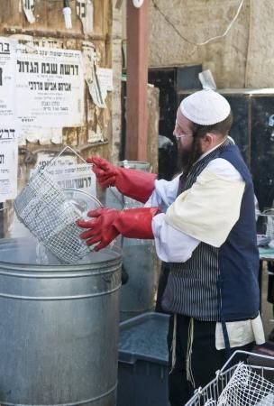 chassidim: GERUSALEMME - APRIL 05: Un uomo ultra ortodosso si prepara alla festa ebraica della Pasqua da parte purifacation dei piatti a Gerusalemme Israele il 5 Aprile, 2012 Editoriali