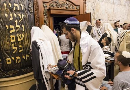ultraorthodox: JERUSALEM - JULY 29 : Jewish men prays in the Wailing wall during the Jewish holyday of Tisha Bav , on July 29 2012 in old Jerusalem , Israel  Editorial
