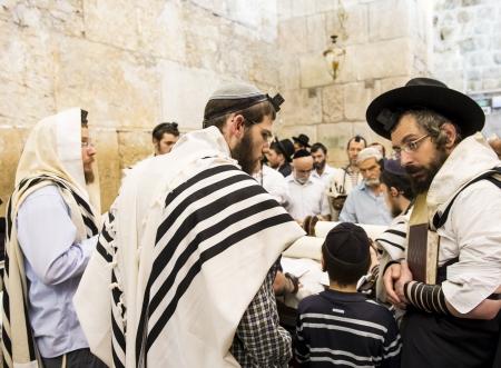 JERUSALEM - 29 juillet: juif prie les hommes dans le mur des Lamentations lors de la fête juive de Ticha Be Av, le 29 Juillet 2012 en vieille ville de Jérusalem, Israël Banque d'images - 15699652