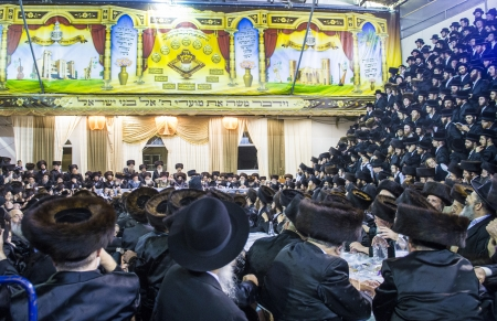 chassidim: Bnei Brak, ISRAELE - OCT 01: ebrei ortodossi della dinastia chassidica Vizhnitz festeggia il beit Simchat Hashoeivah a Bnei Brak Israeel il 01 ottobre 2012, E 'una celebrazione speciale in possesso di ebrei durante Sukkot