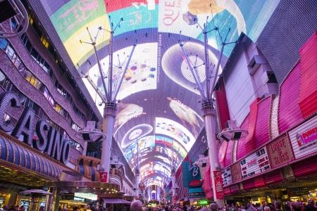 LAS VEGAS - DEC 07: La rue Fremont expérience d'une rue piétonne et de l'attraction dans le centre de Las Vegas le 07 Décembre 2012. Las Vegas en 2012 a battu le record de tous les temps visiteur volume de 39-millions de visiteurs en plus Banque d'images - 17808763