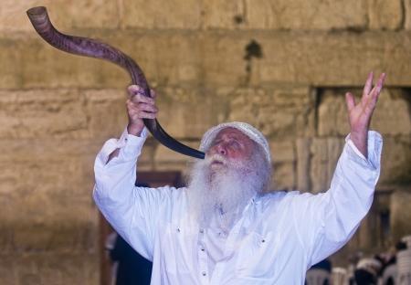 shofar: GERUSALEMME - 26 settembre: Ebreo che soffia in Shofar durante le preghiere penitenziali del selichot, tenutasi il 26 settembre 2011 nel muro del pianto a Gerusalemme, Israele