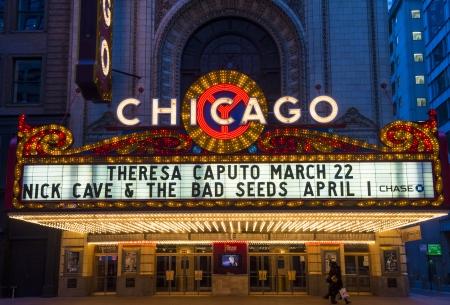 シカゴ - 3 月 17 日: 2013 年 3 月 17 日、イリノイ州シカゴでのステート ・ ストリートの有名なシカゴの劇場、象徴的なマーキーによく登場するフィル