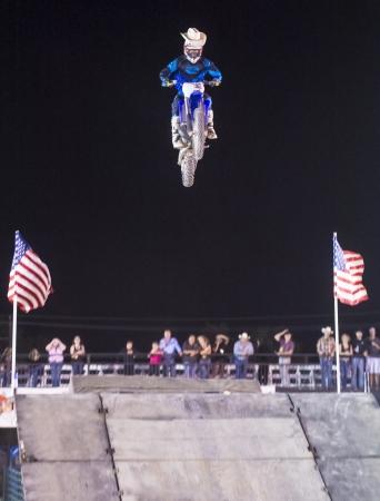motorcross: LAS VEGAS - 17 de mayo: conductor no identificado dando FMX demostraci?n de motocross en el marco del d?a del rodeo Helldorado en Las Vegas el 17 de mayo de 2013