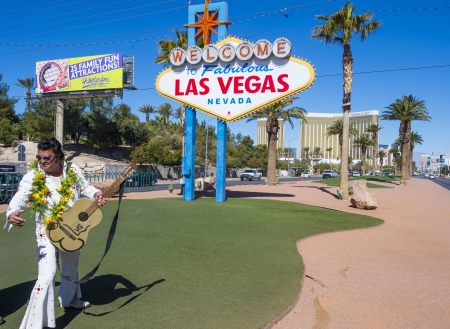 gitar: LAS VEGAS - FEB 26 :Actor dressed as Elvis near the Welcome to Las Vegas Sign on February 26 2013 in Las Vegas. Las Vegas in 2012 is broke the all-time visitor volume record of 39 million visitors