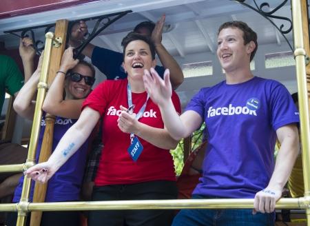 SAN FRANCISCO 30 juin: PDG de Facebook Mark Zuckerberg marcha avec 700 employés Facebook En Gay Pride de San Francisco le 30 Juin 2013 Banque d'images - 20553418