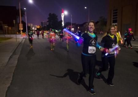 LAS VEGAS - 14 octobre: ??Les coureurs participant à la course de GlowRun à Las Vegas le 14 Octobre 2013, le Glowrun est 5K course annuelle où les coureurs courent avec des costumes lumineux et coloré Banque d'images - 23232469