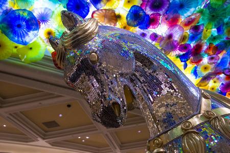 comprised: LAS VEGAS - 13 gennaio: La soffiato a mano fiori di vetro del soffitto al Bellagio Hotel il 13 gennaio 2014 a Las Vegas. � composto da 2.000 fiori di vetro dallo scultore del vetro Dale Chihuly