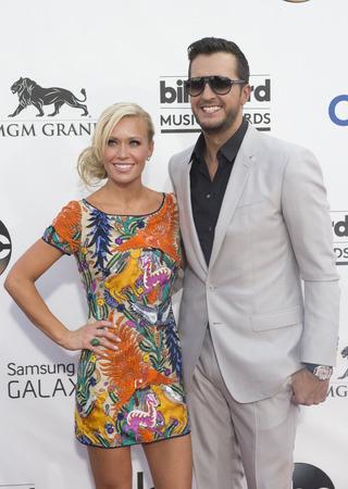 ルーク: LAS VEGAS - MAY 18 : Recording artist Luke Bryan (R) and wife Caroline Boyer attend the 2014 Billboard Music Awards at the MGM Grand Garden Arena on May 18 , 2014 in Las Vegas.