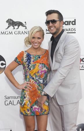 ルーク: LAS VEGAS - 5 月 18 日: レコーディング アーティスト ルーク Bryan (R) と妻キャロライン ・ ボイヤー出席 MGM グランド ガーデン アリーナで、2014年ビルボード音楽賞 2014 年 5 月 18 日にラスベガスで。