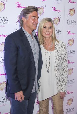 """lak�hely: LAS VEGAS - április 11: Entertainer Olivia Newton-John és férje, John Easterling, részt vesz a nyitás tölti, show Summer Nights """"Flamingo Las Vegas április 11., 2014"""