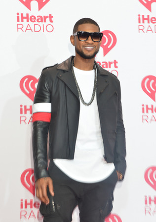 acomodador: LAS VEGAS - 19 de septiembre: El artista de grabaci�n Usher asiste el 2014 iHeartRadio Music Festival en el MGM Grand Garden Arena el 19 de septiembre de 2014 en Las Vegas.