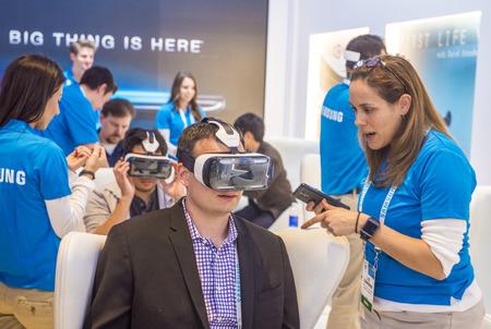 LAS VEGAS - 9 janvier: la réalité virtuelle de démonstration sur le stand Samsung au salon CES tenue à Las Vegas le 09 Janvier 2015, CES est le premier spectacle consommateurs d'électronique du monde. Banque d'images - 37611735