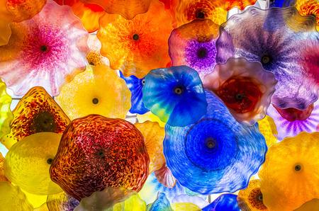 comprised: LAS VEGAS - 18 marzo: La mano soffiato Flower Glass Ceiling presso il Bellagio Hotel il 18 marzo 2015 a Las Vegas. � composto da 2.000 fiori di vetro dallo scultore vetro Dale Chihuly Editoriali