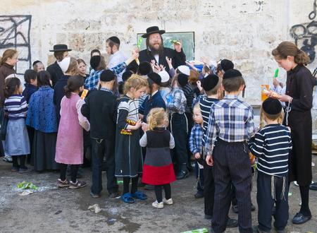POBRES NI�OS: JERUSAL�N - 05 de abril: Un hombre ultra ortodoxa Judio repartiendo alimentos a los ni�os pobres en Jerusal�n Israel el 05 de abril 2012 el suministro de alimentos a los pobres es una de las costumbres de la Pascua