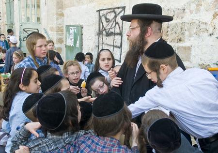 arme kinder: JERUSALEM - 5. April: Eine Ultra-orthodoxe Juden Mann, der aus Essen an arme Kinder in Jerusalem Israel am 5. April 2012, die Lebensmittel an die Armen geh�rt zu den Gepflogenheiten der Pessach Editorial