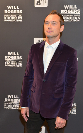 arts culture and entertainment: LAS VEGAS - APRIL 22 : Actor Jude Law attends the Pioneer Dinner during 2015 CinemaCon on April 22 , 2015 at Caesars Palace in Las Vegas, Nevada