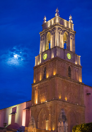 san miguel arcangel: SAN MIGUEL DE ALLENDE, MEXICO - 31 de mayo: La parroquia de san miguel arcangel iglesia de San Miguel de Allende, México el 31 de mayo 2015, la fachada gótica de la iglesia fue construida en el año 1880