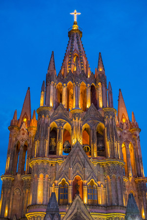 san miguel arcangel: SAN MIGUEL DE ALLENDE, MEXICO - 31 de mayo: La parroquia de san miguel arcangel iglesia de San Miguel de Allende, M�xico el 31 de mayo 2015, la fachada g�tica de la iglesia fue construida en el a�o 1880