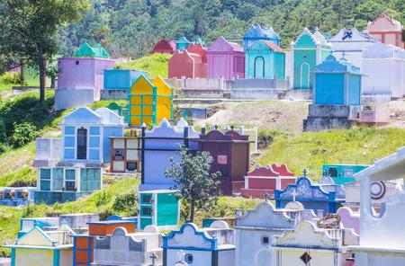 CHICHICASTENANGO, GUATEMALA - 26 juli: Kleurrijke begraafplaats in Chichicastenango op 26 juli 2015. in Guatemala vervaardigen familieleden de grafsteen als een manier om de doden te eren Redactioneel