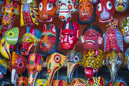 cultura maya: Máscaras de madera mayas para la venta en el mercado de Chichicastenango en Guatemala.