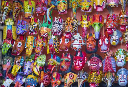 Masques en bois mayas pour la vente au marché de Chichicastenango, au Guatemala. Banque d'images - 44160180