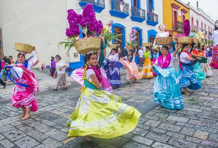 OAXACA, MEXICO - NOV 02: Onbekende deelnemers aan een carnaval van de Dag van de Doden in Oaxaca, Mexico, op 2 november 2015. De Dag van de Doden is een van de meest populaire vakanties in Mexico Redactioneel