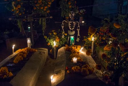 ¢  day of the dead       ¢: El cementerio de Oaxaca por la noche durante el Día de los Muertos