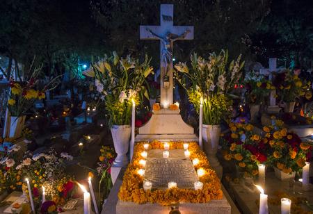 墓地オアハカの死者の日の間に夜