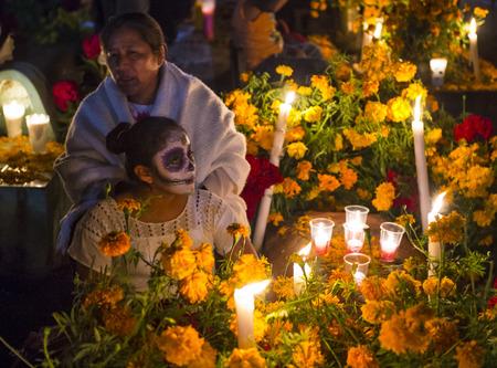 Oaxaca, Mexique - Nov 02: des gens non identifiés sur un cimetière lors de la Journée des Morts à Oaxaca, Mexique sur 02 Novembre 2015. Le Jour des Morts est une des fêtes les plus populaires au Mexique Banque d'images - 53640908