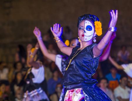 OAXACA, MEXICO - 02 de noviembre: los participantes no identificados en un carnaval del Día de Muertos en Oaxaca, México, el 02 de noviembre de 2015. El Día de los Muertos es una de las fiestas más populares de México