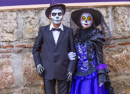 OAXACA, MEXICO - 02 de noviembre: los participantes no identificados en un carnaval del Día de Muertos en Oaxaca, México, el 02 de noviembre de 2015. El Día de los Muertos es una de las fiestas más populares de México Editorial