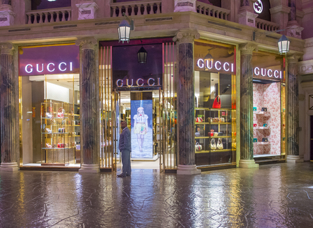 gucci shop: LAS VEGAS - APRIL 13 : Exterior of a Gucci store in Caesars Palace hotel in Las Vegas on April 13 , 2016.  Gucci is an Italian fashion and leather goods brand with retail stores throughout the world