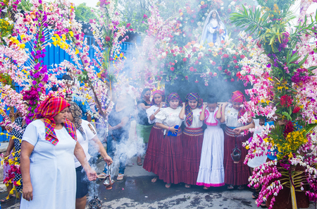 el salvadoran: PANCHIMALCO , EL SALVADOR - MAY 08 : Salvadoran girls carry an altar with a statue of Virgin Mary during the procession of the Flower & Palm Festival in Panchimalco, El Salvador on May 08 2016 Editorial