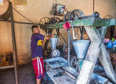tortilla de maiz: SUCHITOTO, EL SALVADOR - mayo 07: el trabajo salvadoreño en una fábrica de pasta de tortilla de maíz en Suchitoto El Salvador el día 07 Mayo 2016. El maíz ha sido un alimento básico en las culturas de América Central desde tiempos precolombinos Editorial
