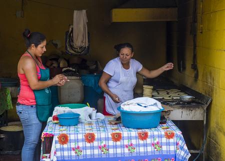 tortilla de maiz: SUCHITOTO, EL SALVADOR - mayo 07: las mujeres salvadoreñas prepara popusas en Suchitoto El Salvador el día 07 Mayo 2016. Popusa es un plato tradicional salvadoreña hecha de tortilla de maíz