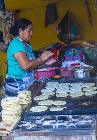 tortilla de maiz: SUCHITOTO, EL SALVADOR - mayo 07: Mujer salvadore�a prepara popusas en Suchitoto El Salvador el d�a 07 Mayo 2016. Popusa es un plato tradicional salvadore�a hecha de tortilla de ma�z Editorial
