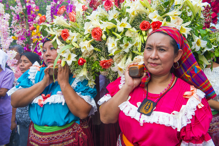 cristian: PANCHIMALCO , EL SALVADOR - MAY 08 : Salvadoran woman carry an altar with a statue of Virgin Mary during the procession of the Flower & Palm Festival in Panchimalco, El Salvador on May 08 2016