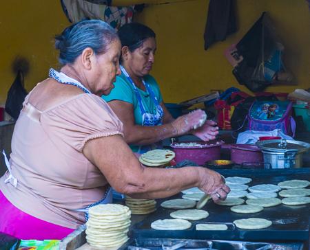 tortilla de maiz: SUCHITOTO , EL SALVADOR  - MAY 07 : Salvadoran women prepares Popusas in Suchitoto El Salvador on May 07 2016. Popusa is a traditional Salvadoran dish made of corn tortilla Editorial