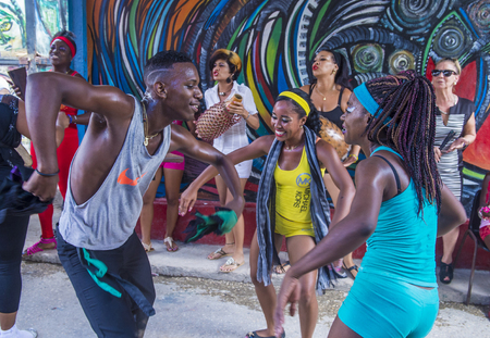 2016 年 7 月 18 日にハバナ キューバのハバナ、キューバ - 7 月 18 日: ルンバ ダンサー。ルンバはキューバ音楽のダンス、パーカッション、歌などの世 報道画像