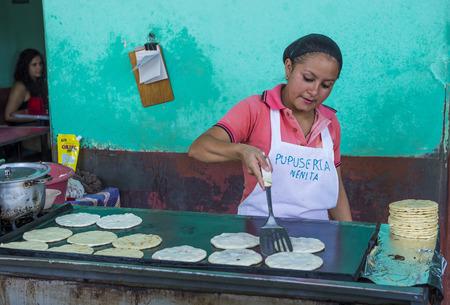 tortilla de maiz: SUCHITOTO, EL SALVADOR - mayo 07: Mujer salvadoreña prepara popusas en Suchitoto El Salvador el día 07 Mayo 2016. Popusa es un plato tradicional salvadoreña hecha de tortilla de maíz Editorial