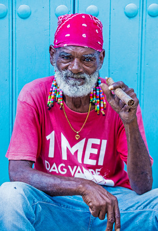 hombre fumando puro: LA HABANA, CUBA - 18 de julio: Un retrato de un hombre que fuma el cigarro cubano en la antigua calle de La Habana el 18 de julio de 2016. Cuba exporta a más de 90 millones de cigarros al año Editorial