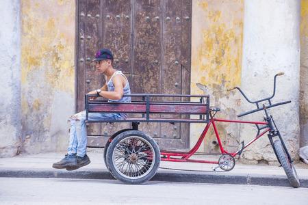 rikscha: Havanna, Kuba - 18. Juli: Eine kubanische Rikschafahrer in der alten Stra�e Havana am 18. Juli 2016. Rikscha sind eine beliebte Art des Transportes in Kuba